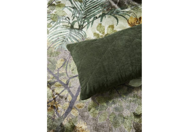 BILLIE_DARK_GREEN_CUSHION_SFEER_01_401527-403